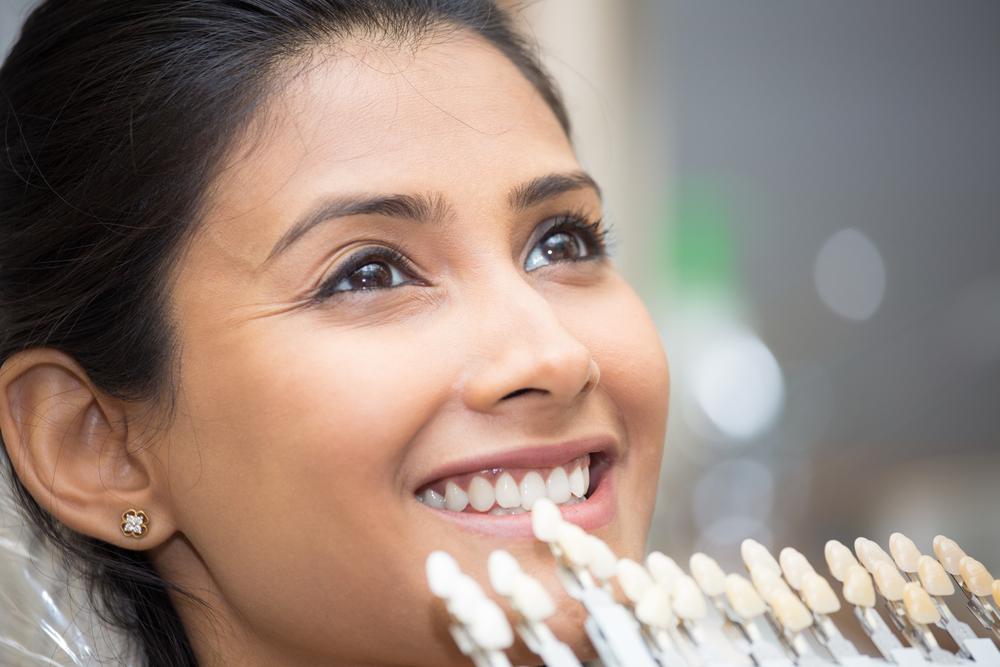 Lumineers für ein makelloses Lächeln – was kosten die Verblendschalen?