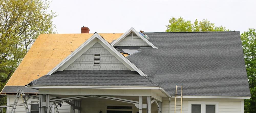 Dach decken mit 100 qm: welche Kosten fallen an?
