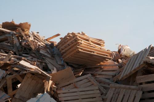 Behandeltes Holz entsorgen: welche Kosten fallen an?