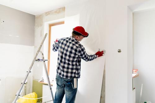 Eine 70 qm Wohnung tapezieren: welche Kosten fallen an?
