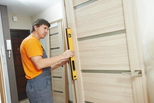Türen einbauen lassen: Welche Kosten verursacht das?