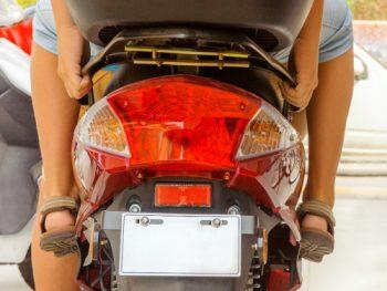 Mopedkennzeichen anbringen