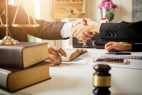Anwalt für Baurecht beauftragen: Welche Kosten muss man rechnen?