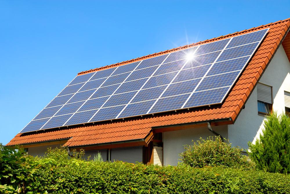 Solardach: Welche Kosten muss man rechnen – und lohnt sich das?