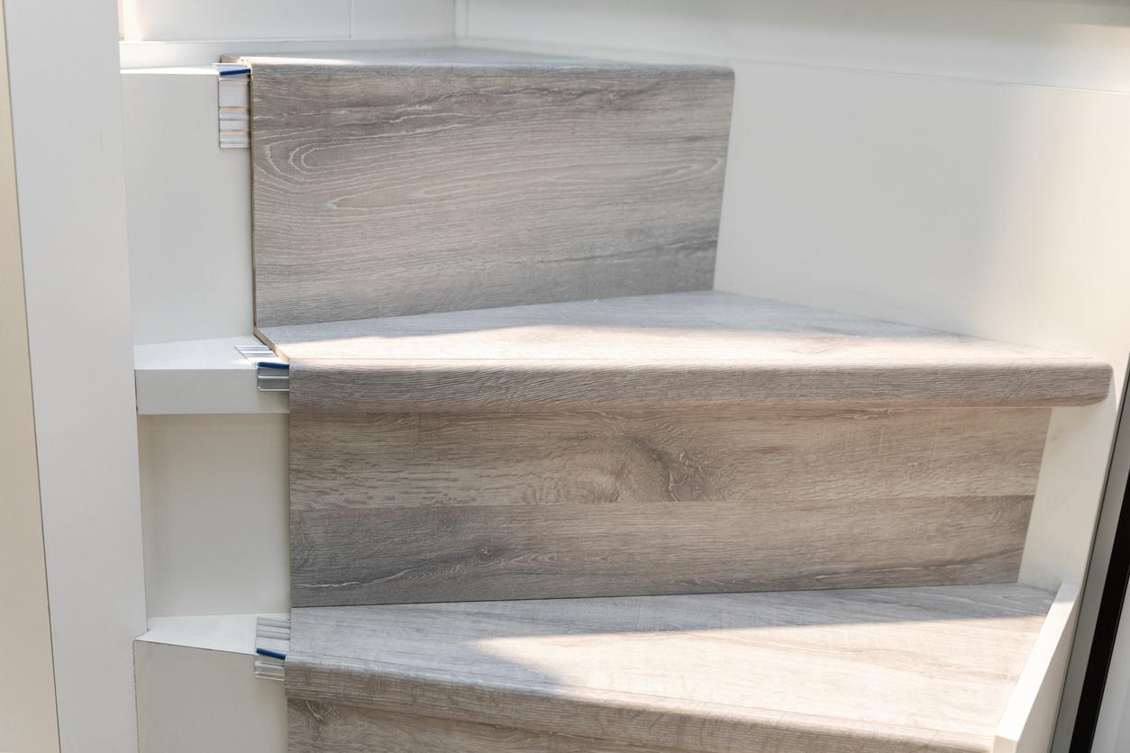 Treppe mit Vinyl bekleben: welche Kosten muss man rechnen?